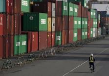 Port de Tokyo. Les exportations japonaises ont subi en novembre leur recul le plus marqué en près de trois ans, sous le coup notamment d'une forte diminution des livraisons vers le reste de l'Asie, une évolution qui n'est pas de bon augure pour la troisième économie mondiale. /Photo prise le 20 octobre 2015/REUTERS/Toru Hanai