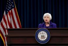 La presidenta de la Reserva Federal, Janet Yellen, durante una rueda de prensa en Washington el 16 de diciembre de 2015. El respaldo unánime que consiguió la presidenta de la Reserva Federal, Janet Yellen, para la primera alza de tasas de interés de la Fed desde la crisis financiera le permitió enviar un mensaje claro: No esperen nuevas subas por un tiempo y cuando estemos listos se los haremos saber. REUTERS/Jonathan Ernst