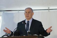 Le Premier ministre israélien, Benjamin Netanyahu, a signé jeudi un accord donnant le feu vert de son gouvernement à l'exploitation d'un gisement gazier au large des côtes israéliennes. L'exploitation de ce gisement, baptisé Léviathan, a fait l'objet d'une longue bataille politique, les opposants au projet dénonçant le contrôle d'un seul groupe et l'absence de concurrence.. /Photo prise le 17 décembre 2015/REUTERS/Amir Cohen