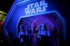 Personagens de Star Wars participam de um evento da pré-estreia do novo episódio da saga, no parque da Disney Paris, na França, nesta quinta-feira. 17/12/2015 REUTERS/Benoit Tessier