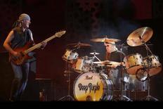 El bajista de Deep Purple, Roger Glover (izquierda), tocando durante un festival de música en Rabat, 30 de mayo de 2013. El grupo de rap de California N.W.A., la banda británica de heavy metal Deep Purple y el grupo de rock-pop Chicago figuran entre los músicos elegidos para ingresar al Salón de la Fama del Rock and Roll en el 2016, dijeron el jueves sus organizadores. REUTERS/Youssef Boudlal