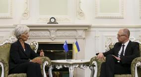 Глава МВФ Кристин Лагард на встрече с премьер-министром Украины Арсением Яценюком в Киеве. Международный валютный фонд предупредил Украину, что страна может лишиться международной финансовой поддержки, если не примет бюджет и налоговую реформу, отвечающие условиям программы сотрудничества с ключевым кредитором. REUTERS/Valentyn Ogirenko