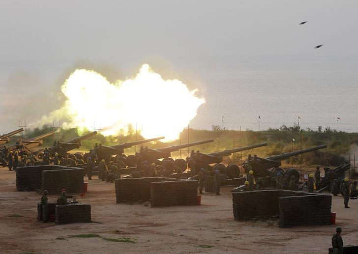 Soldiers fire M115 203mm howitzers during the annual Han Kuang military exercise in Kinmen, Taiwan, September 8, 2015. REUTERS/Pichi Chuang/Files