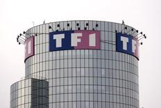L'action TF1 accuse vendredi matin l'une des plus fortes baisses du SBF 120 à la Bourse de Paris, plusieurs analystes se montrant inquiets pour le groupe de télévision après la décision du Conseil supérieur de l'audiovisuel de valider le passage de LCI sur la TNT gratuite. A 11h28, le titre de la filiale de Bouygues perd 3,48%. /Photo d'archives/REUTERS/Charles Platiau