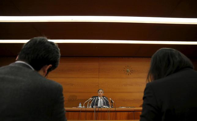 12月18日、日銀は量的・質的金融緩和(QQE)の補完措置を打ち出したが、「黒田バズーカ」との異名を取る大規模な追加緩和策は温存した。会合後、記者会見する黒田総裁(2015年 ロイター/Toru Hanai)