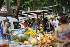 Residentes comprando en un mercado al aire libre en Río de Janeiro, Brasil, 1 de diciembre de 2015. Los precios al consumidor de Brasil subieron más de 1 por ciento a mediados de diciembre por una escalada de los costos de los alimentos, incrementando la probabilidad de que el banco central eleve las tasas de interés el próximo año pese a una profunda recesión. REUTERS/Ricardo Moraes