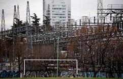 Unos postes de alta tensión en la planta de distribución Edenor en Buenos Aires, ago 5, 2015. El consumo de electricidad en Argentina cayó un 1,3 por ciento interanual en noviembre, con lo que corta una racha de 10 meses consecutivos de aumento en la demanda eléctrica, dijo el viernes la Fundación para el Desarrollo Eléctrico (Fundelec).     REUTERS/Marcos Brindicci