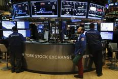 """La Bourse de New York a ouvert vendredi en baisse dans la foulée de la séance de la veille après le relèvement largement anticipé des taux d'intérêt mercredi par la Réserve fédérale. La séance pourrait être marquée par une volatilité accrue en cette journée des """"quatre sorcières"""", lorsque plusieurs contrats d'options et de futures sur indices et actions expirent. Le Dow Jones perd 0,83% dans les premiers échanges, le Standard & Poor's 500 recule de 0,68% et le Nasdaq Composite cède 0,37%. /Photo prise le 17 décembre 2015/REUTERS/Lucas Jackson"""