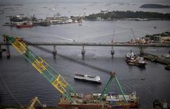Navios na Baía de Guanabara perto da ponte Rio-Niteroi.  11/12/2015.  REUTERS/Ricardo Moraes