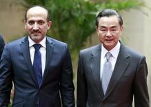 Министр иностранных дел Китая Ван И и президент Национальной коалиции сирийских революционных и оппозиционных сил Ахмад Джарба во время встречи в Пекине. 16 апреля 2014 года. Власти КНР намерены пригласить представителей сирийского правительства и оппозиции в Китай на переговоры, сообщило министерство иностранных дел страны в понедельник. REUTERS/China Daily