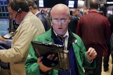 Les marchés actions américains ont ouvert lundi en nette hausse, rebondissant après avoir cédé vendredi plus de 2%, malgré la faiblesse persistante des cours du pétrole. Cinq minutes après le début des échanges, le Dow Jones gagne 0,80%, à 17.265,21 points. Le Standard & Poor's 500 progresse de 0,82% et le Nasdaq prend 0,83%. /Photo prise le 17 décembre 2015/REUTERS/Lucas Jackson