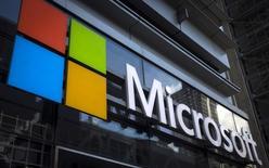 Microsoft, à suivre lundi sur les marchés américains. Le groupe pourrait profiter de la parution d'un article dans le magazine patrimonial Barron's évoquant un bond potentiel de 30% de l'action au cours des 18 prochains mois, grâce à ses activités dans l'informatique dématérialisée (cloud computing). /Photo d'archives/REUTERS/Mike Segar
