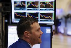 Трейдер на торгах Нью-Йоркской фондовой биржи 21 декабря, 2015 года. Американские фондовые рынки укрепились в понедельник благодаря росту акций Apple и Microsoft, а также бумаг медицинских учреждений, так как больше американцев перешли на субсидированное медицинское страхование. REUTERS/Lucas Jackson