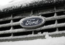 Логотип Ford на автомобиле в Нью-Йорке 3 февраля 2009 года. Google ведёт переговоры с автомобильным концерном Ford Motor Co о помощи в производстве беспилотных автомобилей, сообщило издание Automotive News со ссылкой на источник, близкий к проекту. REUTERS/Shannon Stapleton