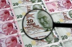 La banque centrale turque a maintenu ses taux directeurs inchangés jeudi, une décision surprise qui ravive les inquiétudes sur son indépendance et remet la livre sous pression. /Photo d'archives/REUTERS/Murad Sezer