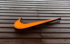 Логотип Nike на магазине в Сан-Паулу. 28 мая 2015 года. Крупнейший в мире производитель спортивной обуви Nike Inc, отчитался о будущих заказах, которые превзошли оценки аналитиков на фоне активного спроса на товары компании в Северной Америке и Китае. REUTERS/Paulo Whitaker