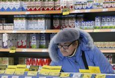 Покупатель в супермаркете Дикси в Москве 1 декабря 2015 года. Рост потребительских цен в России с 15 по 21 декабря 2015 года составил 0,2 процента, как и в предыдущие две недели, сообщил Росстат. REUTERS/Sergei Karpukhin