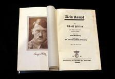 """En la imagen, se  ve una copia del libro de Adolf Hitler de 1940. Fotografía tomada en Berlín el 16 de diciembre de 2015. Por primera vez desde la muerte de Adolf Hitler, Alemania publicará el tratado político del líder nazi """"Mein Kampf"""" (Mi lucha) , desatando una polémica sobre si el texto es una diatriba racista o una herramienta educativa útil. REUTERS/Fabrizio Bensch"""