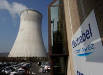 Arrêté le 18 décembre en raison d'un début d'incendie, le réacteur nucléaire Tihange 1 a été redémarré, a annoncé dimanche Electrabel, la filiale belge du groupe français Engie, en précisant que l'ensemble du parc nucléaire belge devrait être opérationnel d'ici quelques jours. /Photo d'archives/REUTERS/Yves Herman