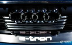 Audi, la marca insignia de Volkswagen, ajustó el lunes su plan de inversión para 2016 y retrasó la construcción de un nuevo túnel de viento por el escándalo sobre la manipulación de las pruebas de emisiones del fabricante de automóviles alemán. En la imagen de archivo, el logo de Audi en el nuevo propotipo Audi e-tron Quattro durante la feria automovilística de Los Ángeles, California, el 18 de noviembre de 2015. REUTERS/Mike Blake