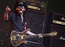 """Lemmy"" Kilmister, do Motorhead, durante show no Glastonbury Festival, em Somerset.  26/6/2015.  REUTERS/Dylan Martinez"