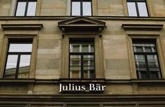 La banque privée suisse Julius Baer a annoncé mercredi avoir provisionné près de 200 millions de dollars supplémentaires pour régler son litige aux Etats-Unis, où elle est accusée d'avoir aidé de riches clients à frauder le fisc. L'accord aux Etats-Unis doit encore être confirmé par le département de la Justice, ce qui devrait être fait dans le courant du premier trimestre 2016. /Photo d'archives/REUTERS/Michael Buholzer