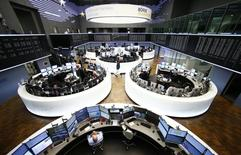Les principales Bourses européennes évoluent dans le rouge mercredi à mi-séance, les marchés étant pénalisés par la rechute des cours du pétrole. Vers 11h50 GMT, le CAC 40 cède 0,04% à 4.699,37 points à Paris, le Dax abandonne 0,61% à Francfort et le FTSE recule de 0,36% à Londres. L'indice paneuropéen FTSEurofirst 300 et l'EuroStoxx 50 de la zone euro baissent respectivement de 0,20% et 0,22%. /Photo prise le  17 décembre 2015/REUTERS/Ralph Orlowski