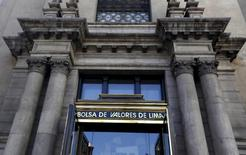 La puerta de ingreso a la Bolsa de Valores de Lima, abr 7, 2015. El horizonte para la bolsa peruana en el próximo año es sombrío por la posibilidad de que la saquen de la lista de mercados emergentes, un escenario externo negativo, la debilidad de la economía local y tras un 2015 en que se encamina a cerrar con su peor desempeño en siete años y con la mayor caída de la región.  REUTERS/Mariana Bazo