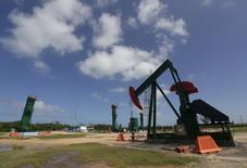 En la imagen, un instalación extrae petróleo en Varadero, provincia de Matanzas, Cuba. 21 de octubre, 2015. Los precios del petróleo se dirigían a su segundo año de fuertes pérdidas, pese a subir marginalmente en las últimas horas de negociación del 2015, en momentos en que suministros récord de la OPEP han creado un exceso global sin precedentes en la oferta que podría tardar otro año en despejarse. REUTERS/Enrique de la Osa