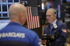Les marchés actions américains ont entamé jeudi dans le rouge la dernière séance de 2015. Cinq minutes après le début des échanges, l'indice Dow Jones perd 0,58%, le Standard & Poor's 500, plus large, recule de 0,49% et le Nasdaq Composite cède 0,43%. /Photo prise le 30 décembre 2015/REUTERS/Lucas Jackson