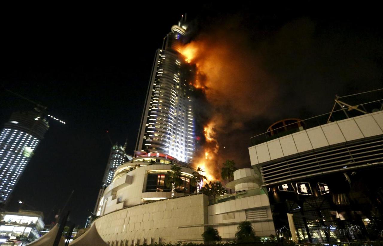القبض على مصريين التقطا سيلفي أمام فندق يحترق بدبي