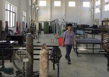 L'activité dans le secteur manufacturier chinois s'est contractée à 49,7 en décembre pour le cinquième mois d'affilée, selon l'indice officiel des directeurs d'achats du secteur (PMI) publié vendredi. /Photo prise le 30 juillet 2015/REUTERS/Sue-Lin Wong