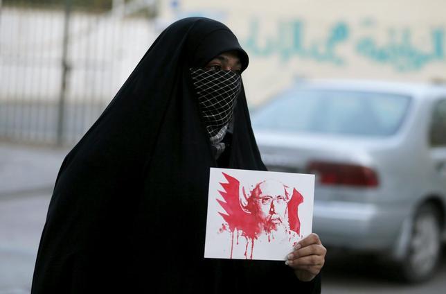 1月2日、サウジアラビアは、国内で爆弾などによる攻撃に関与した47人の死刑を執行した。写真は処刑されたイスラム教シーア派の有力指導者ニムル師の肖像画を手に抗議する人。バーレーンで撮影(2016年 ロイター/Hamad I Mohammed)