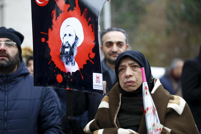 A shi'ite protester holds an image of Sheikh Nimr al-Nimr during a demonstration in front of Saudi Arabia's Consulate in Istanbul, Turkey, January 3, 2016.  REUTERS/Osman Orsal