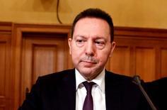 Le gouverneur de la banque centrale grecque, Yannis Stournaras, a appelé, dans un texte publié dimanche, le gouvernement d'Alexis Tsipras à mettre en oeuvre les réformes prévues par le plan d'aide international en soulignant que l'inaction exposerait l'économie du pays à des risques qu'elle n'est pas en mesure d'assumer. /Photo prise le 26 février 2015/REUTERS/Alkis Konstantinidis