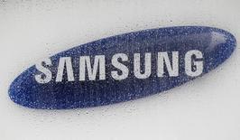 El logo de Samsung Electronics, visto en la sede de la compañía en Seúl, 6 de julio de 2012. El gigante tecnológico surcoreano Samsung Electronics Co Ltd dijo que prevé un ambiente de negocios difícil en 2016 debido a condiciones económicas globales débiles y una mayor competencia en negocios clave, incluyendo chips de memoria y teléfonos avanzados. REUTERS/Lee Jae-Won/Files