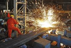 Un empleado trabaja en la fábrica de Dongbei Special Steel Group Co, en Dalian, China, 5 de diciembre de 2015. La economía global terminó el año pasado con un tono frágil, ya que la actividad fabril de China se contrajo por décimo mes consecutivo en diciembre, al tiempo que un repunte en la zona euro fue muy suave, lo que sugiere que las autoridades podrían aplicar nuevos estímulos. REUTERS/China Daily