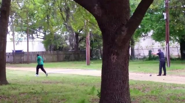 North Charleston police officer Michael Slager (R) is seen allegedly shooting 50-year-old Walter Scott in the back as he runs away, in this still image from video in North Charleston, South Carolina taken April 4, 2015.  REUTERS/Feidin Santana/Handout via Reuters