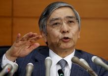 El gobernador del Banco de Japón Haruhiko Kuroda habla durante una conferencia de prensa en la sede del organismo en Tokio, Japón, 18 de diciembre de 2015. El gobernador del Banco de Japón, Haruhiko Kuroda, dijo que todavía no se puede declarar que el país asiático haya derrotado a la deflación. REUTERS/Toru Hanai/Files
