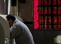 Las bolsas europeas caían el miércoles en la apertura, afectadas por la debilidad del sector de materias primas ya que las preocupaciones por la economía china volvieron a cobrar fuerza al permitir que el yuan se debilitara más. En la imagen, un hombre usa un terminal para comprobar valores bursátiles en Pekín, el 6 de enero de 2016. REUTERS/Kim Kyung-Hoon