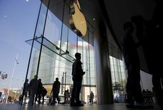 Apple, à suivre mercredi sur les marchés américains. Le titre de la première capitalisation boursière mondiale perd 2,7% à 99,98 dollars en avant-Bourse, poursuivant sa glissade de la veille (-2,5%) et revenant sous la barre des 100 dollars pour la première fois depuis le 24 août. /Photo prise le 2 novembre 2015/REUTERS/Kim Kyung-Hoon