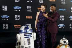 """""""La Guerra de las Galaxias: El despertar de la Fuerza"""" superará el miércoles a """"Avatar"""" para convertirse en la película más taquillera de todos los tiempos en Estados Unidos y Canadá, dijo Walt Disney Co. En la imagen, los protagonista de """"La Guerra de las Galaxias: El despertar de la Fuerza"""" Daisy Ridley y John Boyega posan ante los fotógrafos junto a los robots BB-8 (dcha) y R2-D2 (izqda) en la premiére de la película en Shangái, China. 27 diicembre 2015. REUTERS/Aly Song"""