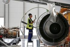 La société de location d'avions BOC Aviation a commandé 30 Airbus A320, l'entreprise augmentant sa flotte avant son introduction en Bourse de quelque trois milliards de dollars à Hong Kong. /Photo prise le 12 août 2015/REUTERS/Damir Sagolj