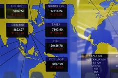 La Chine va suspendre dès vendredi le coupe-circuit en vigueur depuis lundi sur ses marchés actions. Ce mécanisme censé prévenir un nouveau krach s'est révélé contre-productif. Ce coupe-circuit interrompt les transactions pendant un quart d'heure lorsque le CSI 300, l'indice de référence des valeurs cotées à Shanghai et Shenzhen, varie de 5% à la hausse ou à la baisse. /Photo prise le 7 janvier 2016/REUTERS/Bobby Yip