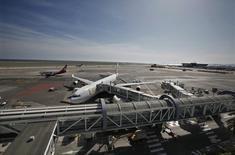 Le gouvernement prévoit de lancer en février les appels d'offres pour la privatisation des aéroports de Nice-Côte d'Azur (photo) et de Lyon-Saint Exupéry une fois que les cahiers des charges auront été finalisés fin janvier, selon des sources proches du dossier. /Photo d'archives/REUTERS/Eric Gaillard