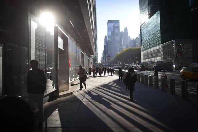 1月8日、12月米雇用統計、雇用者数が29万2000人増と、市場予想の20万人増を上回る大幅な伸びとなった。NYの通りの風景。14年撮影(2016年 ロイター/Carlo Allegri)