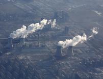 Las chimeneas de una planta energética, fotografiadas desde un avión, en las afueras de Pekín, el 8 de enero del 2016. Pekín cerrará este año 2.500 pequeñas empresas contaminantes en un nuevo esfuerzo por combatir la polución, dijo el sábado la agencia estatal de noticias Xinhua, citando al gobierno municipal. REUTERS/Kim Kyung-Hoon