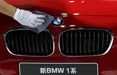 BMW a conservé en 2015 sa place de premier constructeur mondial de véhicules de luxe devant Audi et Mercedes. Le constructeur bavarois a enregistré l'an passé une croissance de ses ventes de 5,2% sur an à 1,91 million de véhicules, grâce notamment à une forte demande pour les SUV comme le X5. C'est la onzième année consécutive que BMW domine ce classement depuis son premier titre en 2005. /Photo prise le 24 septembre 2015/REUTERS/Kim Kyung-Hoon
