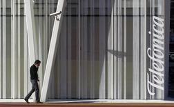 Telefónica ha iniciado el proceso para segregar sus torres y cables de telecomunicaciones en España en una nueva filial que prevé vender parcialmente o sacarla a bolsa, un proceso conocido como 'dual track', y que espera completar durante el primer semestre, dijo el lunes una fuente conocedora de la operación. Imagen de archivo en la que se ve el logo de Telefonica en un edificio en Barcelona, el 30 de enero de 2013.  REUTERS/Albert Gea