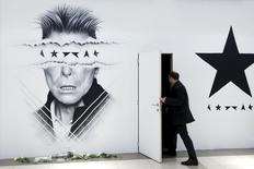 """Les ventes du dernier album de David Bowie, """"Blackstar"""", sorti vendredi, deux jours seulement avant son décès, ont fortement grimpé lundi en même temps que les téléchargements des grands titres de sa carrière. La plate-forme de streaming Spotify a fait savoir que les écoutes des morceaux de Bowie avaient grimpé de 2.700% après l'annonce de la mort du chanteur et musicien britannique, emporté dimanche par un cancer à l'âge de 69 ans. /Photo prise le 11 janvier 2016/REUTERS/François Lenoir"""